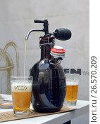 Купить «Пиво наливается в бокал с помощью приспособления для ручного розлива из бутылки», фото № 26570209, снято 28 мая 2017 г. (c) Александр Замараев / Фотобанк Лори