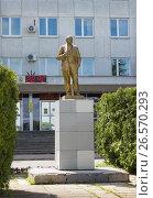 Памятник Ленину перед зданием администрации в Балахне, фото № 26570293, снято 18 июня 2017 г. (c) Александр Романов / Фотобанк Лори
