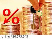 Символ процента и ключи на фоне столбиков из монет. Стоковое фото, фотограф Сергеев Валерий / Фотобанк Лори
