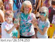 Купить «Довольные мать с детьми на фестивале красок в Омске», фото № 26574253, снято 25 июня 2017 г. (c) Круглов Олег / Фотобанк Лори
