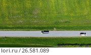 Грузовики едут по асфальтовой дороге навстречу друг другу, вид сверху. Стоковое видео, видеограф Кекяляйнен Андрей / Фотобанк Лори