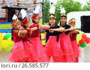 Танцующие девушки на празднике День Кумыза (2017 год). Редакционное фото, фотограф Владимир Абакумов / Фотобанк Лори