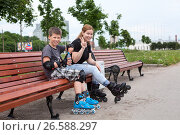 Купить «Мама сыном на скамейке отдыхают во время катания на роликовых коньках в парке», фото № 26588297, снято 18 июня 2017 г. (c) Кекяляйнен Андрей / Фотобанк Лори