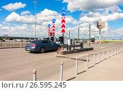 Checkpoint by the car parking in the terminal Samara Kurumoch Airport in summer sunny day, фото № 26595245, снято 21 июля 2017 г. (c) FotograFF / Фотобанк Лори