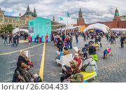 Купить «Книжный фестиваль «Красная площадь» прошел в центре Москвы с 3 по 6 июня 2017 год. Посетители ярмарки», эксклюзивное фото № 26604433, снято 4 июня 2017 г. (c) Виктор Тараканов / Фотобанк Лори
