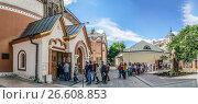 Купить «Очередь желающих посетить Третьяковскую галерею», эксклюзивное фото № 26608853, снято 17 июня 2017 г. (c) Виктор Тараканов / Фотобанк Лори