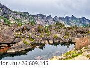 """Небольшое озеро среди морены. Природный парк """"Ергаки"""". Западные Саяны (2017 год). Редакционное фото, фотограф Виктор Никитин / Фотобанк Лори"""