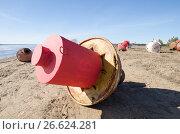 Красные и белые буи на берегу. Стоковое фото, фотограф Яковлев Сергей / Фотобанк Лори