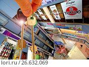 Купить «Ключи от квартиры на фоне рекламы», фото № 26632069, снято 26 января 2013 г. (c) Сергеев Валерий / Фотобанк Лори