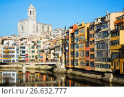 Купить «houses and church in Gerona. Catalonia», фото № 26632777, снято 16 декабря 2018 г. (c) Яков Филимонов / Фотобанк Лори