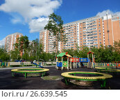 Купить «Детская игровая площадка во дворе жилых домов на 13-ой Парковой улице. Район Северное Измайлово. Город Москва», эксклюзивное фото № 26639545, снято 2 июня 2017 г. (c) lana1501 / Фотобанк Лори
