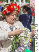 Купить «Женщина плетет венок. Фестиваль цветов в Самаре», фото № 26642173, снято 17 июня 2017 г. (c) Акиньшин Владимир / Фотобанк Лори
