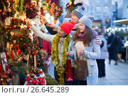 Glad couple with girl choosing decoration. Стоковое фото, фотограф Яков Филимонов / Фотобанк Лори