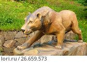 Купить «Пещерный лев (Panthera leo spelaea) охотится в парке Государственного Дарвиновского музея. Москва», фото № 26659573, снято 11 июля 2017 г. (c) Валерия Попова / Фотобанк Лори