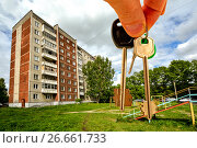 Купить «Ключи от квартиры на фоне жилого дома», фото № 26661733, снято 21 апреля 2016 г. (c) Сергеев Валерий / Фотобанк Лори
