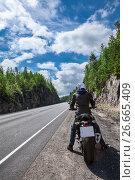 Купить «Мотоциклист стоит на обочине трассы перед началом движения», фото № 26665409, снято 14 июля 2017 г. (c) Кекяляйнен Андрей / Фотобанк Лори