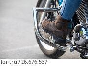 Купить «Мотоциклетные защитные дуги на мотоцикле и нога в мотоботах, крупно», фото № 26676537, снято 14 июня 2017 г. (c) Кекяляйнен Андрей / Фотобанк Лори