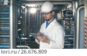 Inspector working on tablet PC. Стоковое видео, видеограф Илья Шаматура / Фотобанк Лори