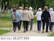 Купить «Пожилые люди занимаются финской ходьбой», фото № 26677993, снято 27 мая 2017 г. (c) irisff / Фотобанк Лори