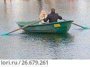 Купить «Влюбленная пара катается на лодке по озеру», фото № 26679261, снято 14 мая 2017 г. (c) Юлия Юриева / Фотобанк Лори