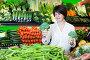 Middle aged woman choosing vegetables, фото № 26679593, снято 10 марта 2017 г. (c) Яков Филимонов / Фотобанк Лори