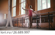 Купить «Model girl ballerina practicing in the Studio, slow motion», видеоролик № 26689997, снято 23 июля 2018 г. (c) Константин Шишкин / Фотобанк Лори