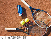 Tennis balls and rackets on the court. Стоковое фото, фотограф Кирилл Греков / Фотобанк Лори