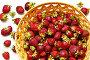 Спелая садовая земляника в плетеной тарелке на светлом столе (Лат. Fragaria ananassa). Ягодный фон. Здоровое питание, фото № 26695405, снято 18 июля 2017 г. (c) Виктория Катьянова / Фотобанк Лори