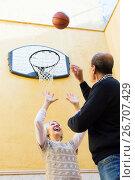 Купить «Senior spouses throwing the ball», фото № 26707429, снято 17 марта 2018 г. (c) Яков Филимонов / Фотобанк Лори