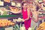 woman with child buying fruits, фото № 26711353, снято 28 июля 2017 г. (c) Яков Филимонов / Фотобанк Лори