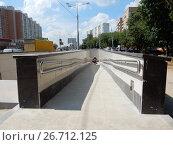 Купить «Новый подземный пешеходный переход, построенный во время реконструкции Щелковского шоссе. Вид со стороны района Гольяново. Москва», эксклюзивное фото № 26712125, снято 27 июля 2017 г. (c) lana1501 / Фотобанк Лори