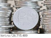 Купить «Монетка в один рубль и стопки рублевых монет разного номинала», фото № 26715489, снято 29 июля 2017 г. (c) Екатерина Овсянникова / Фотобанк Лори