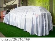 Купить «Новый автомобиль, спрятанный под чехлом до премьеры», фото № 26716169, снято 4 июня 2017 г. (c) Вячеслав Палес / Фотобанк Лори