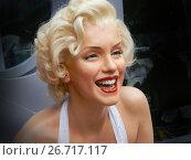 Купить «Восковая фигура Мэрилин Монро (Marilyn Monroe) на Голливудском бульваре на Аллее звезд в Голливуде, Лос-Анжелес. Marilyn Monroe waxwork at Los Angeles street. Merlin Monroe celebrity. Waxwork celebrities of Hollywood Walk of Fame», фото № 26717117, снято 14 ноября 2014 г. (c) Mikhail Leonov / Фотобанк Лори