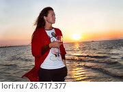 Купить «Девушка с бокалом вина любуется закатом солнца на море», фото № 26717377, снято 29 июля 2017 г. (c) Момотюк Сергей / Фотобанк Лори