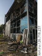Купить «Burned construction with broken windows in summer», фото № 26718237, снято 30 июля 2017 г. (c) Гурьянов Андрей / Фотобанк Лори
