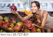 Купить «woman buying mango on fruit market», фото № 26727421, снято 16 июля 2018 г. (c) Яков Филимонов / Фотобанк Лори