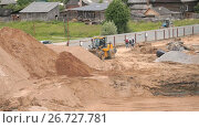 Bulldozer working on large pile of sand in summer. Стоковое видео, видеограф worker / Фотобанк Лори