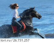 Купить «Женщина на лошади, скачет по воде в облаке брызг», фото № 26731257, снято 2 мая 2017 г. (c) Абрамова Ксения / Фотобанк Лори