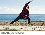 Купить «girl exercising on exercise mat outdoor», фото № 26736565, снято 27 февраля 2020 г. (c) Яков Филимонов / Фотобанк Лори