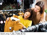 Купить «Family in children's cloths shop», фото № 26738873, снято 21 января 2020 г. (c) Яков Филимонов / Фотобанк Лори
