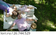 Family is resting in park - father, mother and daughter have breakfast - top view. Стоковое видео, видеограф Константин Шишкин / Фотобанк Лори