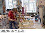 Мастер работает на производстве арф в арфовом цехе компании Resonance Harps в Санкт-Петербурге, фото № 26744925, снято 8 августа 2017 г. (c) Stockphoto / Фотобанк Лори