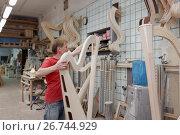 Мастер работает на производстве арф в арфовом цехе компании Resonance Harps в Санкт-Петербурге, фото № 26744929, снято 8 августа 2017 г. (c) Stockphoto / Фотобанк Лори