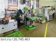 Workers are engaged in assembling and setting up a vertical milling machine. (2017 год). Редакционное фото, фотограф Андрей Радченко / Фотобанк Лори