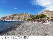 Купить «Пляж с серым вулканическим песком в Камари, остров Санторини, Греция», фото № 26757493, снято 11 июня 2017 г. (c) Наталья Волкова / Фотобанк Лори