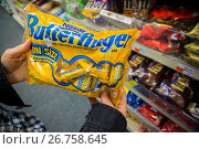 Купить «A shopper chooses a bag of Nestlé's brand chocolate candy in a store in New York», фото № 26758645, снято 15 июня 2017 г. (c) age Fotostock / Фотобанк Лори