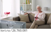 Купить «happy senior woman watching tv at home», видеоролик № 26760081, снято 25 июня 2017 г. (c) Syda Productions / Фотобанк Лори