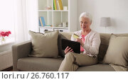 Купить «senior woman with tablet pc and credit card», видеоролик № 26760117, снято 25 июня 2017 г. (c) Syda Productions / Фотобанк Лори