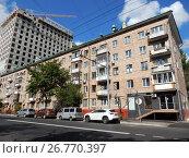 Купить «Пятиэтажный четырёхподъездный кирпичный жилой дом серии 1-511, построен в 1959 году. Пресненский Вал, 23. Пресненский район. Москва», эксклюзивное фото № 26770397, снято 12 августа 2017 г. (c) lana1501 / Фотобанк Лори